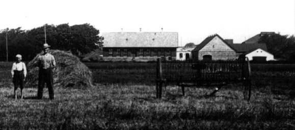 Kalkværket ses øverst til højre, bag gården. Personerne er fra venstre Hans Bernt Jensen og Otto Jensen (1920'erne).