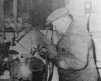 Mekaniker Thideman Klitgård svejser i sit værksted i Klim, ca. 1968.