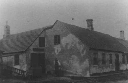 Jørgen Styrbæk foran værkstedet, ca. 1910-20