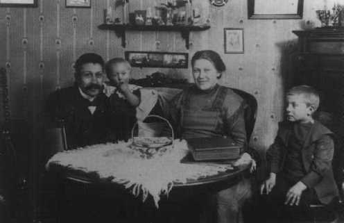Snedker Kr. Hansen og familie, ca. 1915. Personer fra venstre: Snedker Kr. Hansen, Børge, Kristine og Leonhardt Hansen