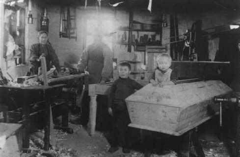 Snedker Kr. Hansens værksted, ca. 1915. Personer fra venstre:?, ?, Leonhardt og Børge Hansen.